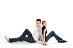 Paare, die zurück zu Rückseite sitzen Stockfotos