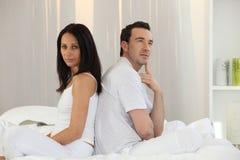 Paare, die zurück zu Rückseite sitzen Stockfotografie
