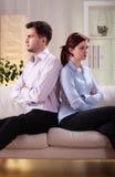 Paare, die zurück zu Rückseite sitzen Stockbild