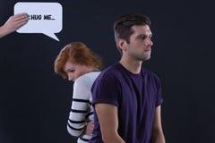 Paare, die zurück zu Rückseite sitzen lizenzfreie stockfotografie