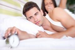 Paare, die zur Warnung aufwachen lizenzfreie stockfotografie