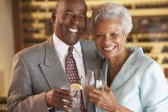 Paare, die zusammen ein Getränk an einem Stab genießen lizenzfreie stockfotos
