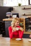 Paare, die zusammen etwas trinken Stockfotos
