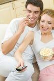 Paare, die zusammen Fernsehen Stockbild
