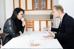 Paare, die zusammen Finanzkrise auf Tabelle in der Küche lösen lizenzfreie stockbilder