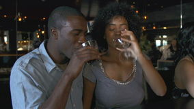 Paare, die zusammen Getränk an der Bar genießen stock video footage