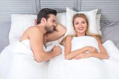 Paare, die zusammen im Bett liegen lizenzfreie stockfotos