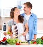 Paare, die zusammen kochen Stockfotografie