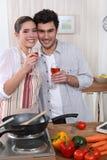 Paare, die zusammen kochen stockfoto