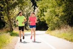 Paare, die zusammen laufen und sprechen Lizenzfreie Stockbilder