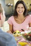 Paare, die zusammen Mahlzeit in der Küche essen stockfotografie