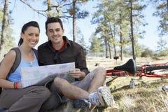 Paare, die zusammen mit Schaltplan sitzen Stockfoto