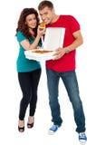 Paare, die zusammen Pizza, großer Masseverbinder genießen Stockfoto