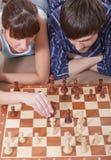 Paare, die zusammen Schachspiel spielen Stockfotos