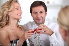 Paare, die zusammen sitzen Stockfoto