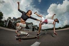 Paare, die zusammen Skateboard fahren Lizenzfreies Stockbild