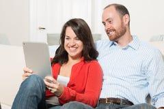 Paare, die zusammen Spaß haben Stockfotografie