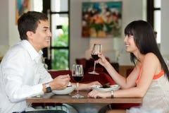 Paare, die zusammen speisen stockfotografie
