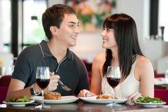 Paare, die zusammen speisen stockbild