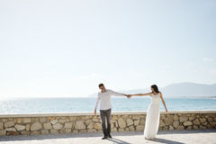 Paare, die zusammen in Sperlonga, Italien gehen Lizenzfreie Stockbilder