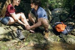 Paare, die zusammen und verletzt geworden reisen lizenzfreie stockbilder