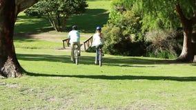 Paare, die zusammen Zeit verbringen, beim Reiten radfährt stock footage
