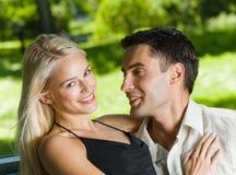 Paare draußen lizenzfreies stockfoto