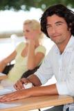 Paare draußen gesessen mit Kaffee Stockbilder
