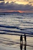 Paare durch den Strand Stockfoto