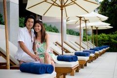 Paare durch Pool Stockfotos