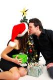 Paare durch Weihnachtsbaum Stockbild