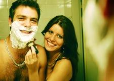 Paare in einem Badezimmer Stockbild