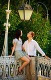Paare in einem Park unter alter Straßenbeleuchtung Lizenzfreie Stockfotos