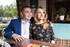 Paare in einem Restaurant zusammen Stockfotografie
