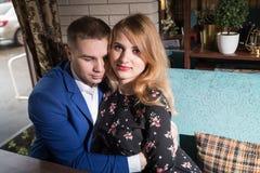 Paare in einem Restaurant zusammen Lizenzfreies Stockbild