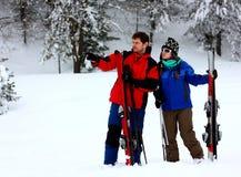 Paare an einem Skifahrenfeiertag Stockfotos
