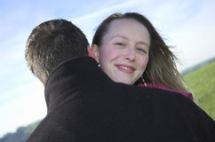 Paare in einer Liebkosung stockbild