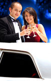 Paare in einer Limousine Stockfotografie