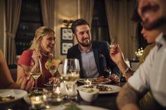 Paare an einer Restaurant-Mahlzeit stockbilder