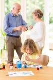 Paare entscheiden, die um dem Enkelkind sich kümmern lizenzfreies stockbild