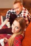Paare entspannen sich zu Hause mit Tasse Kaffee Stockfotos