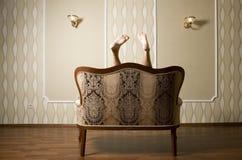 Paare Füße einer Frau über klassischem König Sofa Lizenzfreie Stockbilder