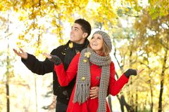 Paare in fallenden Blättern, Liebe im Herbstpark Lizenzfreie Stockfotografie
