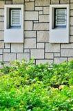Paare Fenster auf Wand Stockfotos
