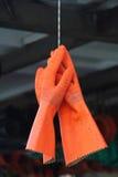 Paare Fischerorangenhandschuhe Stockfoto