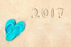Paare Flipflops auf dem Strand, 2017 geschrieben in den Sand Stockfotos