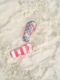 Paare Flipflops auf Sandstrand Stockfotografie