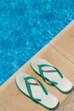 Paare Flipflopzapfen auf der Seite einer Schwimmens Lizenzfreie Stockbilder