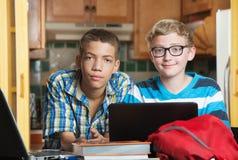 Paare Freunde mit Büchern und Laptop in der Küche Stockbild