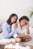 Paare frustriert über ihrer Finanzsituation lizenzfreie stockbilder